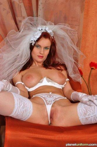Зрелая невеста решила раздвинуть ноги для эротических фото