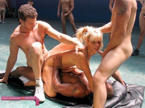 Оргия для блондинки с маленькими сиськами в спорт зале