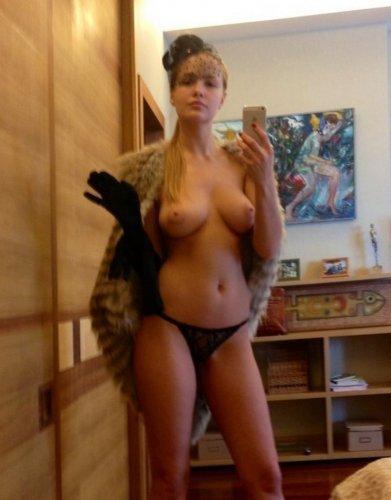 Сексуальная тёлка позирует и делает порно фото