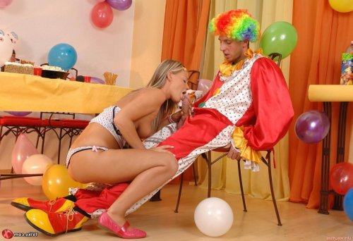 Секс клоуна с худой голой малолеткой