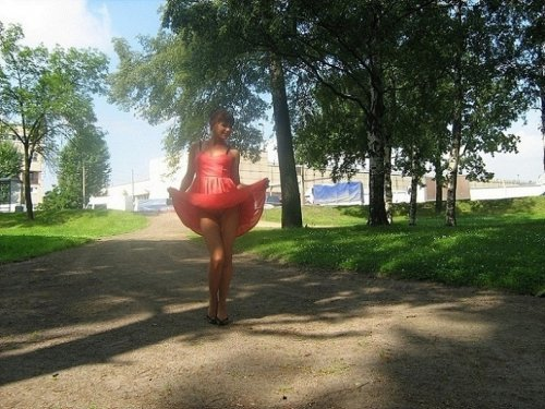 Страстная сучка голая на улице проветривает свою манду.