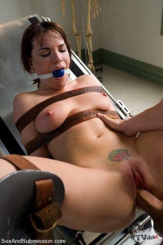 Стоматолог жестко выебал развратную шатенку секс машиной