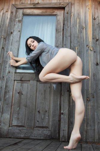 Молодая брюнетка устроила голую фотосессию на улице