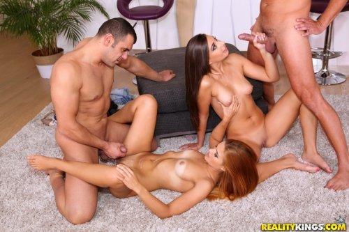 Сплетение голых тел во время группового секса