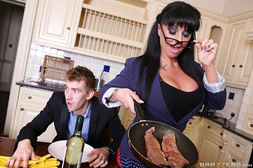 Домохозяйка сосала, брала за щеку, дала драть пизду, лишь бы не готовить