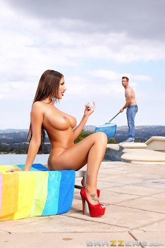 Красивая девушка выебала работника у бассейна