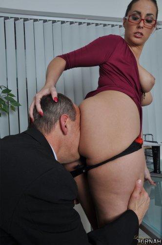 Леди – босс заставляет подчиненного вылизать ей анал