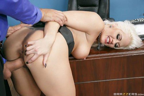 Блондинка на работе снимает рабочее напряжение пиздой