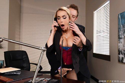 На работе у секретарши должна быть податливая пизда