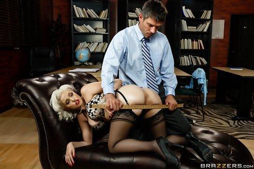 Чувак порезвился в жопе блондинке во время порева