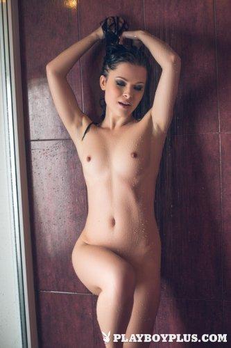 Брюнетка в душе снялась для Плэйбой