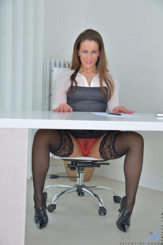 Под юбкой у секретарши волосатая пизденка