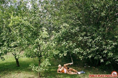 Развратная девка дала выебать себя в парке