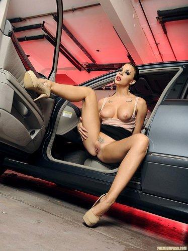Chanel Preston мастурбирует в новенькой авто