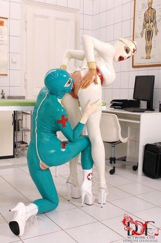 У медсестры фетиш к латексу и инструментам