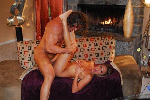 Огромный мужик устроил хардкор секс с новой девочкой