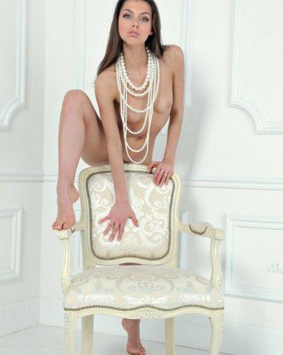 Эротика с Упругой попкой в белоснежной комнате